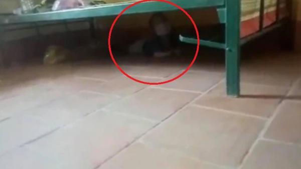 Bé trai sợ hãi trốn dưới gầm giường, không dám khóc trong khu cách ly: Hình ảnh khiến người lớn quặn lòng