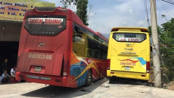 """Hà Tĩnh: """"Kè nhau"""" vào quán cơm, 2 xe khách hỏng nặng, hơn 40 hành khách khiếp vía"""