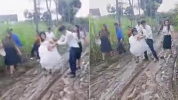 Clip đám cưới mùa mưa lũ: Cặp đôi cùng họ hàng 2 bên áo quần tươm tất lội bùn rước dâu khiến cư dân mạng thích thú