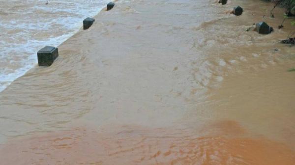 Nghệ An: Hai mẹ con bị nước lũ cuốn trôi khi trên đường về nhà