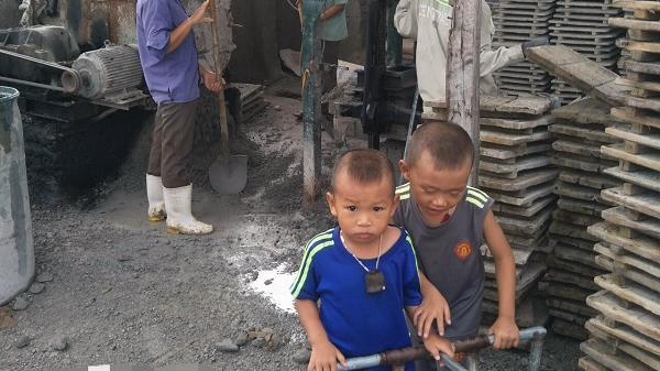 Nghệ An: Xót cảnh hai đứa trẻ mồ côi cha hàng ngày theo mẹ đi phu gạch kiếm sống