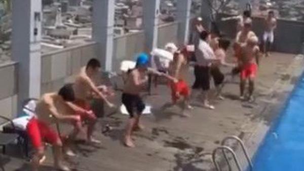 Clip: Tuyển thủ Olympic Việt Nam cực nhây ở bể bơi, lầy nhất là Công Phượng