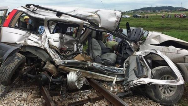 Clip, ảnh hiện trường vụ tàu hỏa tông, đẩy ô tô đi 300 m trên đường ray ở Nghệ An