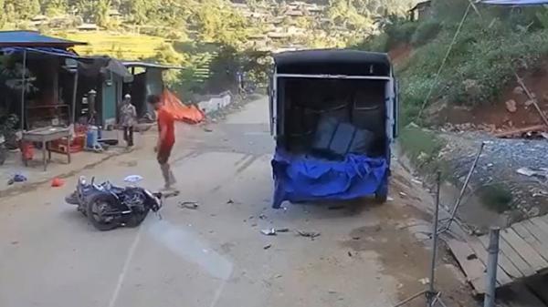 KINH HOÀNG: Lao thẳng vào ô tô tải ven đường, tài xế xe máy t.ử vong