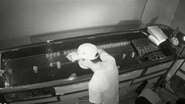 NÓNG: Truy tìm kẻ đột nhập tiệm vàng lúc rạng sáng ở Hà Tĩnh