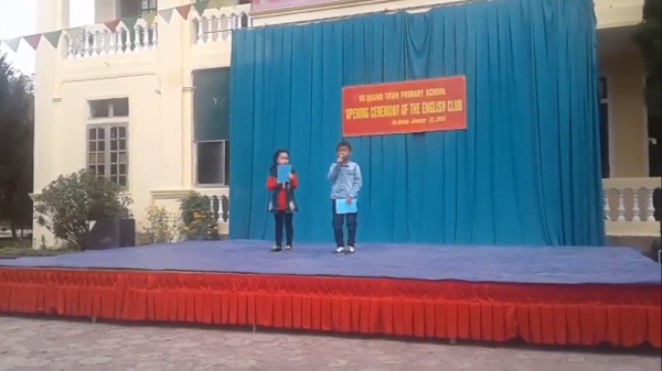"""MC nhí """"bắn"""" Tiếng Anh gây sốt: Sống vùng núi nghèo Hà Tĩnh, cả trường chỉ 1 GV Tiếng Anh"""
