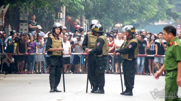 NÓNG: Hàng trăm cảnh sát vũ trang bao vây người đàn ông cố thủ trong nhà