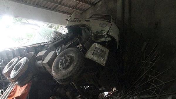 Xe chở vôi mất lái lao vào ki - ốt bán xi măng, 2 người bị thương nặng