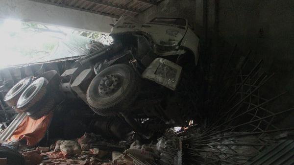 Kinh hoàng xe tải mất lái đâm xuyên ki ốt bên QL1A