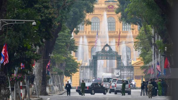 """Cận cảnh 2 siêu xe """"The Beast"""" đưa TT Trump tới Phủ Chủ tịch gặp gỡ Tổng bí thư, Chủ tịch nước Nguyễn Phú Trọng"""