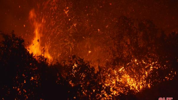 Hà Tĩnh: Cháy rừng trong đêm, ngọn lửa đe dọa cả thị xã Kỳ Anh