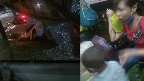 Xe khách bị ném gạch đá như mưa, mẹ đổ máu vì che cho con
