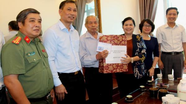 Bí thư Tỉnh ủy Giàng Páo Mỷ thăm và tặng quà các gia đình người có công tại TP. Lai Châu