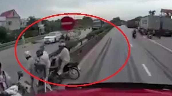 Camera hành trình ghi lại cảnh xe tải đâm đoàn người đang chờ sang đường chứ không phải đứng xem tai nạn