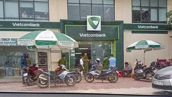 Clip: Kẻ bịt mặt dùng súng bắn bảo vệ, cướp ngân hàng Vietcombank ở Thanh Hóa