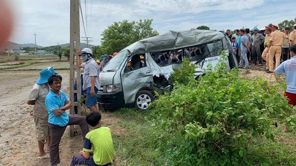 Tàu hỏa tông ô tô trung chuyển, 3 người chết tại chỗ
