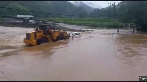 Clip: Cố băng qua dòng nước lũ chảy xiết, chiếc ô tô bất ngờ bị lật nghiêng, cuốn trôi theo dòng nước