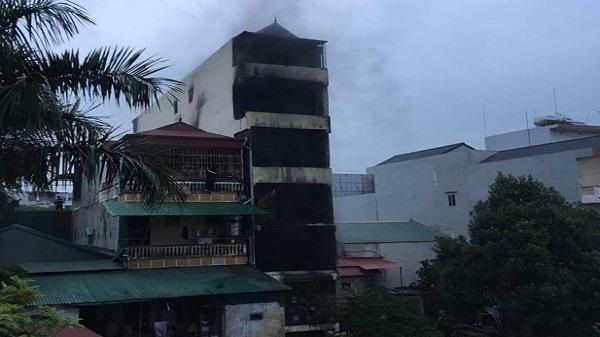 CSGT trèo tường cứu 5 người trong ngôi nhà cháy lớn lúc nửa đêm