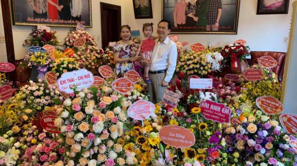 """Tiệc sinh nhật ở Nghệ An khiến dân tình trầm trồ: Chồng hôn má vợ như thuở còn son, nhà ngập hoa tươi vì """"vợ thích"""""""