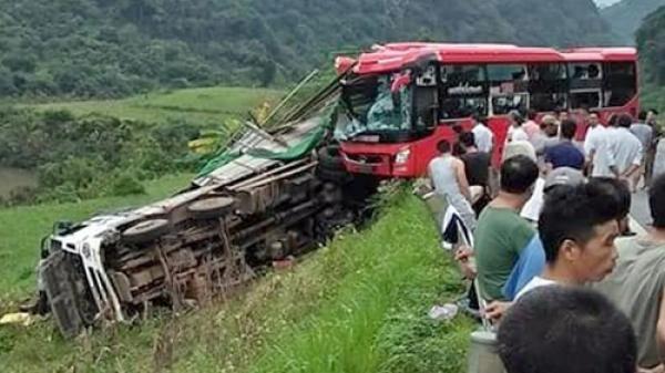 Xe khách BKS Nghệ An đâm xe tải đỗ ven đường, hàng chục người thương vong