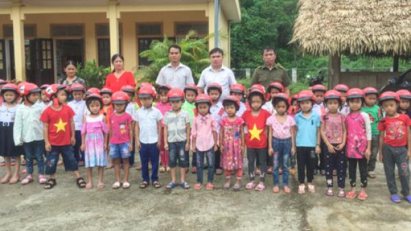 Nghệ An: Hơn 1.500 học sinh vào lớp 1 huyện biên giới được tặng mũ bảo hiểm