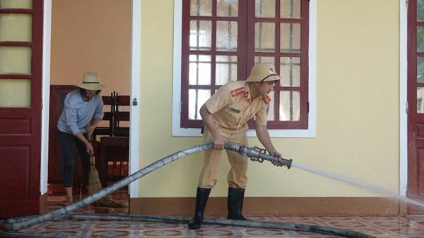 Công an Hương Sơn (Hà Tĩnh) bám địa bàn, giúp trường học, khắc phục hậu quả mưa lũ