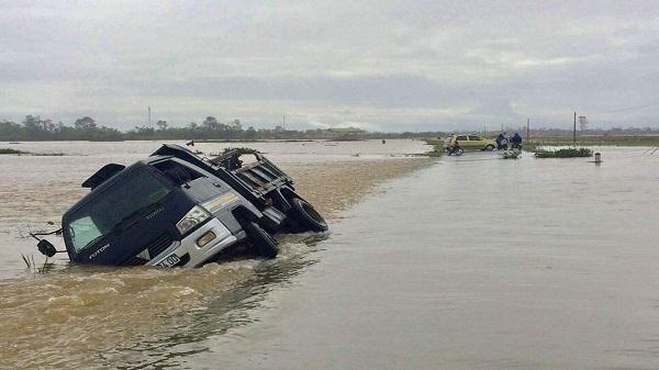 Hà Tĩnh: LẠNH NGƯỜI nhìn lũ cuốn trôi xe tải 1,5 tấn trên QL15B