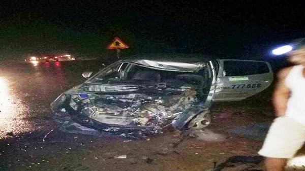 Hương Khê (Hà Tĩnh): Xe khách đâm nát đầu taxi, 3 người nhập viện nguy kịch
