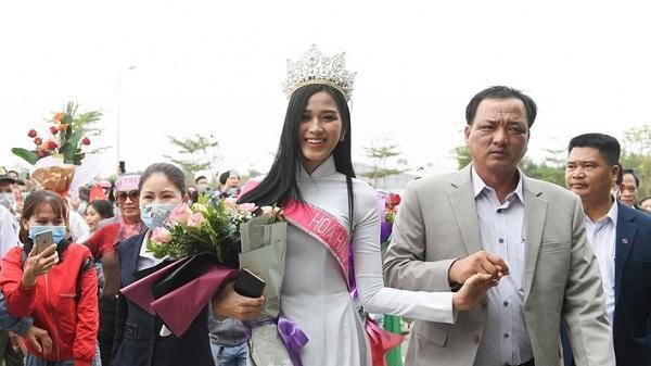 Hoa hậu Đỗ Thị Hà chia sẻ về áp lực từ chiếc vương miện sau hơn 1 tuần đăng quang
