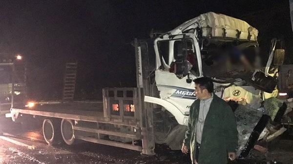 Xe tải tông đuôi xe đầu kéo trên cao tốc Nội Bài - Lào Cai, 2 người tử vong