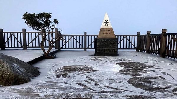 Đỉnh Fansipan nhiệt độ xuống dưới 0 độ C, đã xuất hiện sương muối và băng giá