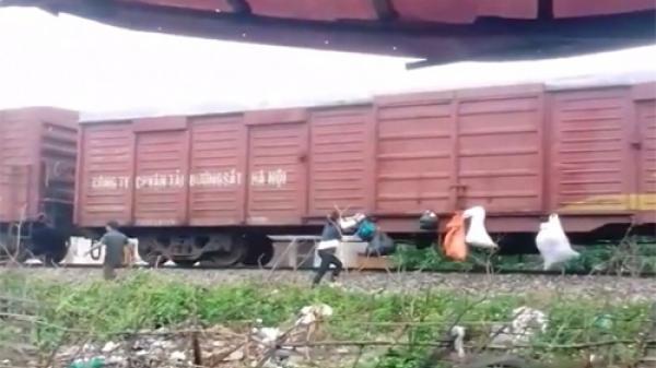 Người dân 'gửi' rác theo đoàn tàu chạy qua nhà