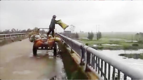 Người đàn ông vứt hàng loạt bao tải rác xuống sông ở Hà Tĩnh