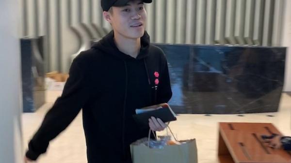 """Văn Toàn """"10 củ"""" đi mua sắm ngay sau khi hội quân cùng ĐT Việt Nam, hào hứng khoe đồ mới trên trang cá nhân"""