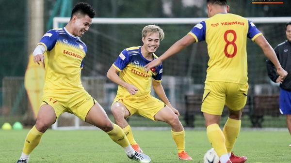 Văn Thanh bị đàn anh xỏ háng khi đá bóng ma, tuyển Việt Nam chỉ có 13 cầu thủ tập luyện chiều 29/10
