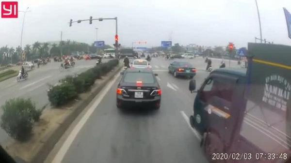 Video: Tài xế xe tải chèn ép xe đằng sau rồi vượt đèn đỏ gây bức xúc