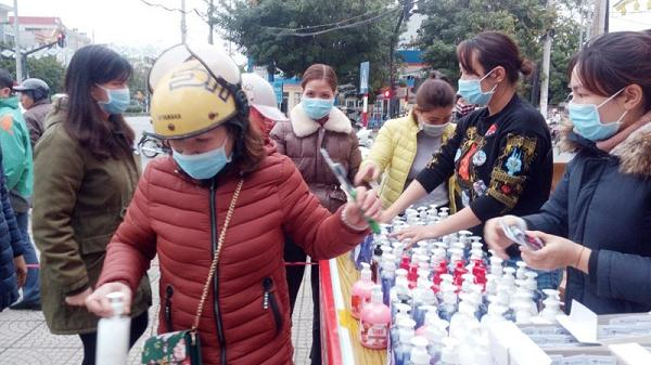 TP Hòa Bình: Shop Phạm Hoàn phát miễn phí khẩu trang, nước rửa tay kháng khuẩn, bàn trải đánh răng trị giá trên 100 triệu đồng