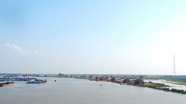 Các đồng chí lãnh đạo tỉnh khảo sát thực địa khu vực dự kiến xây cầu qua sông Luộc