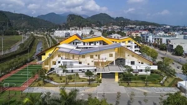 Cận cảnh ngôi trường đa sắc màu bao quanh núi đồi ở Hòa Bình