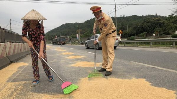 CSGT cùng người dân giúp lái xe thu gom hàng tấn đỗ tương rơi ra đường