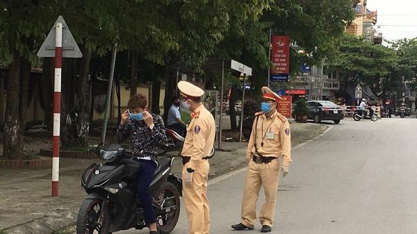 Người đi đường xúc động khi CSGT Hải Dương nhắc nhở, phát khẩu trang