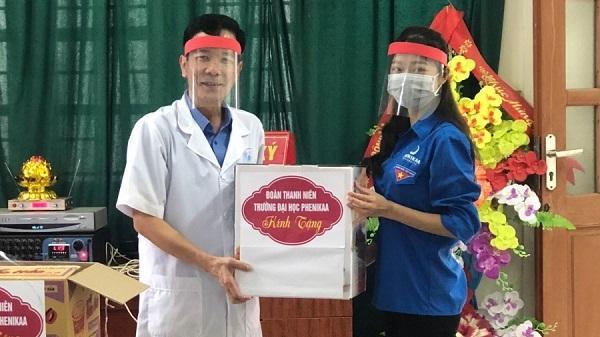 Sinh viên làm mũ chắn giọt bắn tặng cho các bác sĩ ở Hòa Bình chống Covid-19