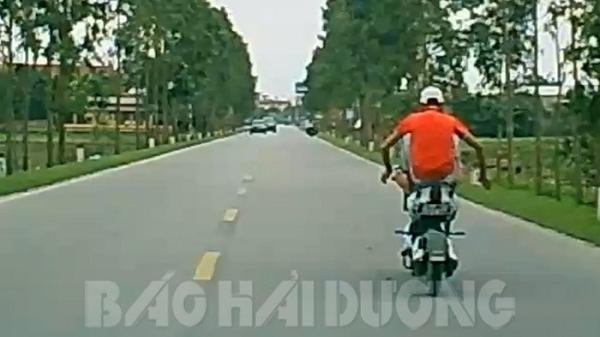 Phạt thiếu niên đi xe máy điện bằng chân 3,7 triệu đồng