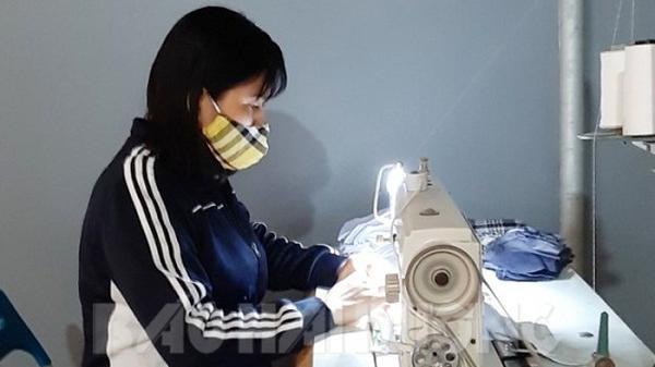 Nữ công nhân may khẩu trang phát miễn phí cho người dân