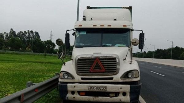 Hải Dương: Liều lĩnh đi lùi 200m trên cao tốc, lái xe container bị phạt 17 triệu đồng