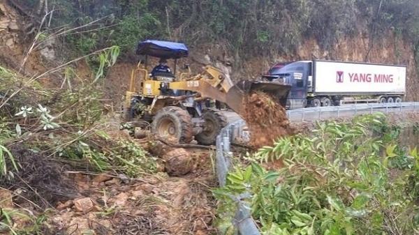 Điện Biên: Sạt lở hàng nghìn m3 đất đá trên quốc lộ 279