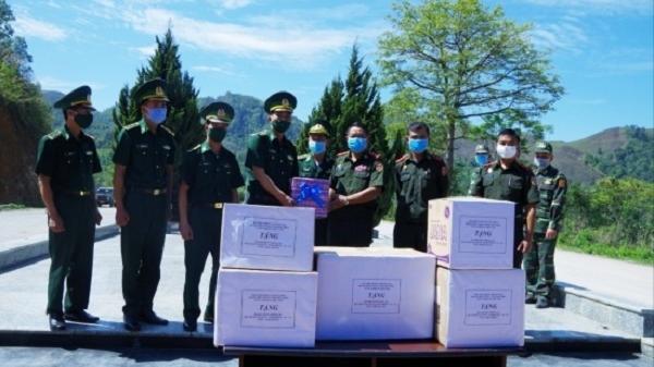 Biên phòng Điện Biên tặng vật tư y tế chống COVID-19 cho biên phòng Phong Sa Ly, Lào