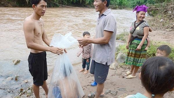Nơi học sinh từng chui túi nilon vượt suối