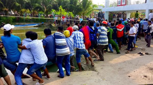 Miền Tây: Hơn trăm người giải cứu nạn nhân bị kẹt giữa nắp cống