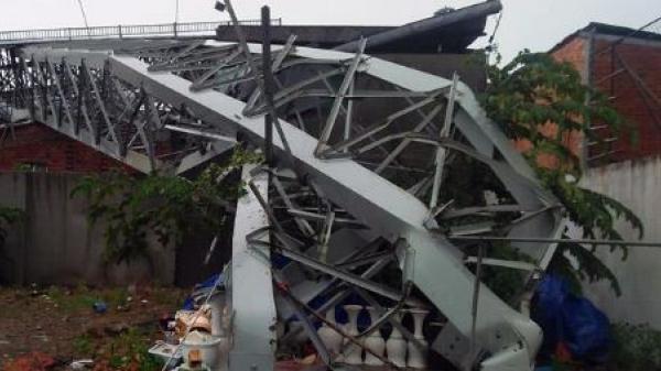 KINH HOÀNG: Mưa lớn kèm gió lốc mạnh quật đổ biển quảng cáo lớn đè chết người